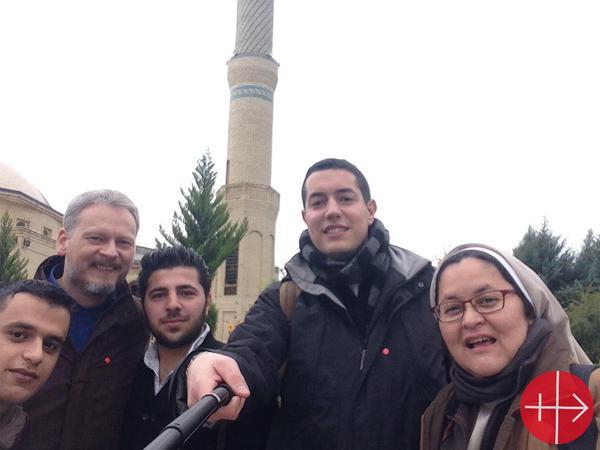 """""""Allen y Rebin (1º y 3º por la izquierda) son buenos Samaritanos. Nos acompañan a visitar refugiados. Quieren ser sacerdotes en Irak"""", cuenta Xiskya en twitter. Junto a ella están Dominik Kustra (2º por la izquierda) y Josué Villalón (al lado de la monja)."""