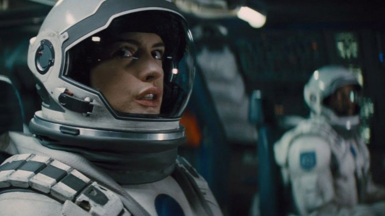 Anne Hathaway interpreta a la doctora Amelia Brand