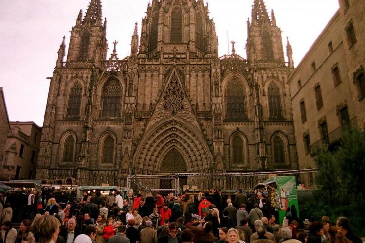 Barcelona, delante de su catedral, acoge cada año el mercadillo de Santa Lucía, donde e venden todo tipo de figuras para los tradicionales belenes y un sinfín de adornos navideños