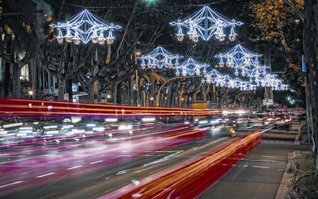En el Passeig de Gracia de Barcelona este año las luces representan unas lámparas colgantes