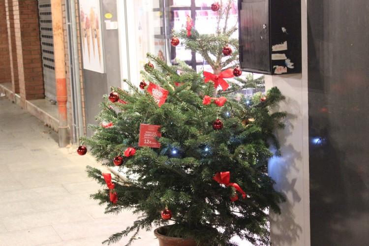 Los negocios tampoco pierden la ocasión y añaden en su decoración motivos propios del tiempo. En este caso, un árbol de navidad