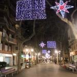 Rambla del Poblenou de Barcelona iluminada con estrellas y ristras de luces