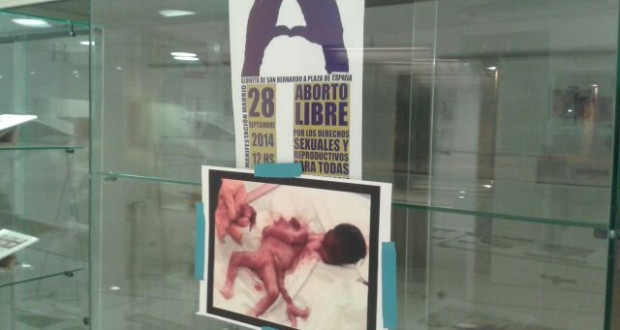 Dos jóvenes boicotean una exposición a favor del aborto en Barcelona