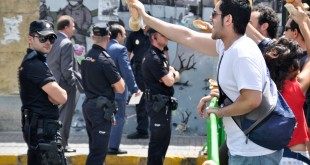 Alex Dennis manifestaciones protestas riots UK manis 15M